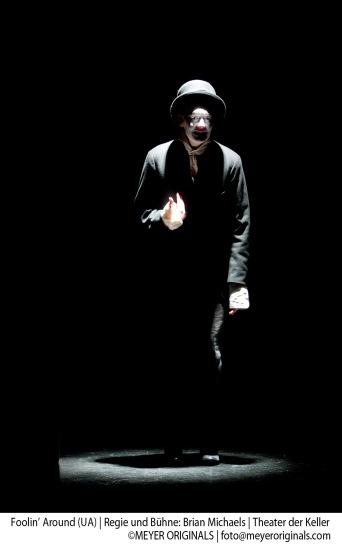FoolinÕ Around, Ensemble Ð Luana Bellinghausen, Luan Gummich, Alena Kolbach, Julie Stark, Pinar …zden, Alice Zikeli Regie und BŸhne: Brian Michaels KostŸme: Beata ProchowskaMusikalische Einstudierung: Ute EisenhutDramaturgie: Guido Rademachers Regieassistenz: Antje MiesTechnische Leitung: Thorsten Zietsch Technik: Max Mei§ner UrauffŸhrung: 7. November 2013im Theater der Keller Vorstellungsdauer: ca. 65 Minuten. Keine Pause.